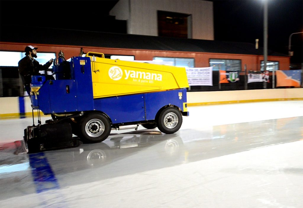 Resurfacer o Zamboni, reacondicionando la superficie de la pista de hielo YAMANA BAR & PATIN.